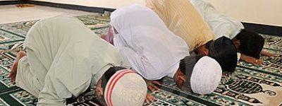 muslim-kids-praying-76263791